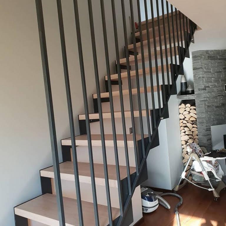 drewniane schody z balustradą stalową