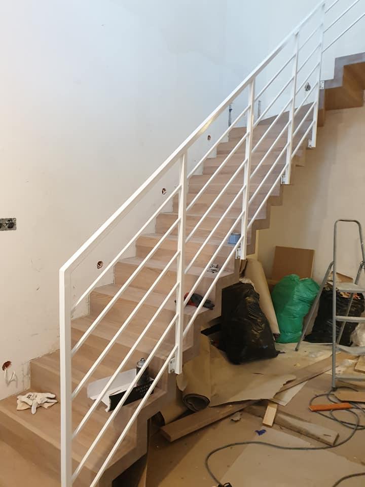 drewniane schody wykonane na wymiar z balustradą stalową